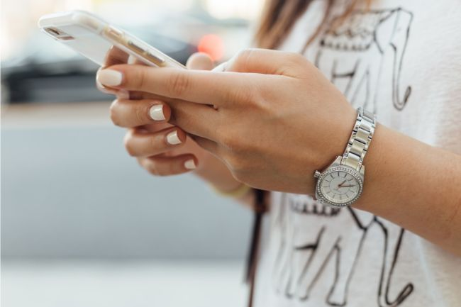 Nainen surfaa netissä matkapuhelimella